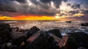 Zmierzch Piękny zmierzchu czerni morze Złocisty denny zmierzch Obrazka morze Obraz Royalty Free