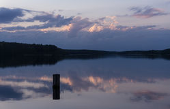 Zmierzch przez jezioro Zdjęcie Stock