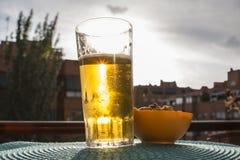 Zmierzch przez szkła piwo Obrazy Stock