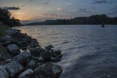 Zmierzch przy Beloslav Miasteczko Beloslav lokalizuje 19 km za zachód od Varna Ja lokalizuje na dwa bankach głęboka woda kanał obrazy royalty free