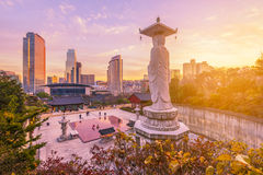 Zmierzch przy Bongeunsa świątynią w centrum linia horyzontu w Seul mieście, Południowy Korea obraz royalty free