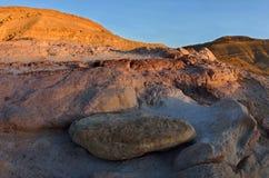 Zmierzch przy colourful piaskiem Yeruham wadi i skałami, Środkowy Wschód, Izrael, pustynia negew obraz stock
