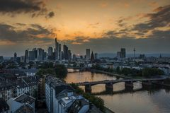 Zmierzch przy Frankfurt główna linia horyzontu - Am - zdjęcia stock