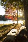 Zmierzch przy jeziorem z łodziami na ziemi Zdjęcie Stock