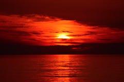 Zmierzch przy Jeziorną miasteczko plażą w Michigan Obrazy Stock