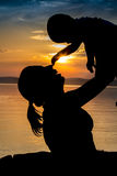 Zmierzch przy Jeziornym Balaton matka dziecka Zdjęcia Royalty Free