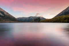 Zmierzch przy Jeziornym Pearson, Moana Rua rezerwatem dzikiej przyrody lokalizować w Craigieburn lasu parku w Canterbury regionie Zdjęcie Stock