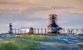 Zmierzch przy latarni morskiej przywróceniem Zdjęcie Stock