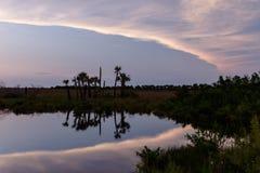 Zmierzch przy Merritt wyspy Krajowym rezerwatem dzikiej przyrody, Floryda Obraz Stock