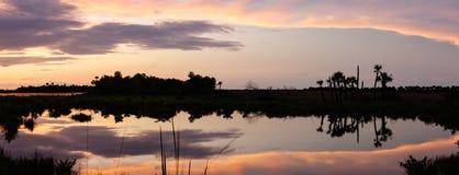 Zmierzch przy Merritt wyspy Krajowym rezerwatem dzikiej przyrody, Floryda Fotografia Stock