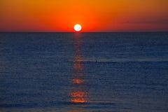 Zmierzch przy morzem śródziemnomorskim z pomarańczowym niebem Zdjęcia Royalty Free
