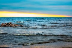 Zmierzch przy morzem Fala i błękitne wody zdjęcie stock