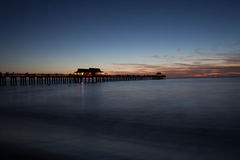 Zmierzch przy Naples molem w Floryda zdjęcia royalty free