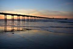 Zmierzch przy ocean plaży molem CA Obrazy Stock
