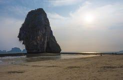 Zmierzch przy Phra-nang jamy plażą Obraz Royalty Free