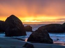 Zmierzch przy piaskowatą plażą z dennymi stertami zdjęcia stock