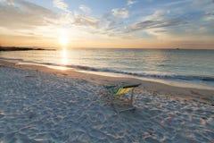 Zmierzch przy plażą z krzesłem zdjęcie stock