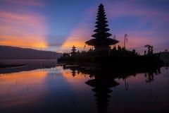 Zmierzch przy Pura Ulun Danu Bratan przy Bali, Indonezja Zdjęcie Stock