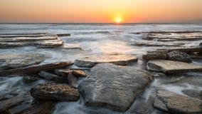 Zmierzch przy Skalistą plażą, Cypr fotografia royalty free