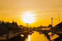 Zmierzch przy spławowym rynkiem w Tajlandia Fotografia Royalty Free