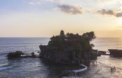 Zmierzch przy Tanah udziału świątynią w Bali Obrazy Royalty Free