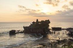 Zmierzch przy Tanah udziału świątynią w Bali Obraz Stock