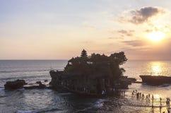 Zmierzch przy Tanah udziału świątynią w Bali Fotografia Stock