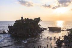 Zmierzch przy Tanah udziału świątynią w Bali Zdjęcia Royalty Free