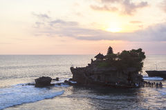 Zmierzch przy Tanah udziału świątynią w Bali Zdjęcie Stock