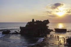 Zmierzch przy Tanah udziału świątynią w Bali Zdjęcia Stock
