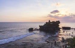 Zmierzch przy Tanah udziału świątynią w Bali Obrazy Stock
