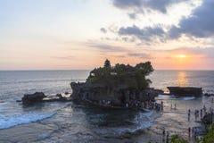 Zmierzch przy Tanah udziału świątynią w Bali Obraz Royalty Free