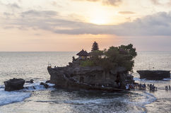 Zmierzch przy Tanah udziału świątynią w Bali Fotografia Royalty Free