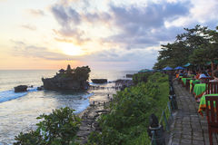 Zmierzch przy Tanah udziału świątynią w Bali Zdjęcie Royalty Free