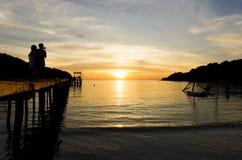 Zmierzch przy tropikalną wyspą Zdjęcie Royalty Free
