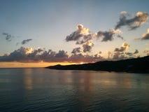 Zmierzch przy tropikalną wyspą z chmurami i morzem zdjęcia royalty free