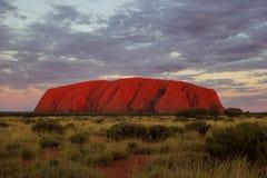 Zmierzch przy Uluru, ayers Kołysa Czerwony centrum Australia, Australia fotografia stock