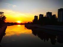 Zmierzch przy usta rzeka Miasto zmierzchy fotografia stock