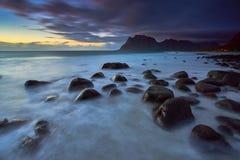 Zmierzch przy Uttakleiv plażą, Lofoten Norwegia Obraz Stock