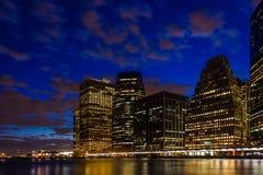 Zmierzch przy Wschodnią rzeczną lower manhattan linią horyzontu, Nowy Jork Stany Zjednoczone zdjęcia stock