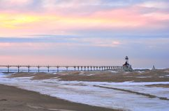 Zmierzch przy zimy latarnią morską Zdjęcia Royalty Free