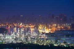 Zmierzch rafineria ropy naftowej, rafineria ropy naftowej i zakład petrochemiczny, a obraz royalty free