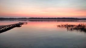 Zmierzch słońce jeziorny dok obraz stock