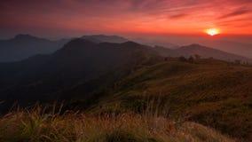 Zmierzch scena z szczytem góra i cloudscape przy Phu chi obraz stock