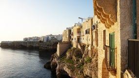 Zmierzch sceneria z nawisłym starym miasteczkiem Polignano Apulia, Włochy klacz na falezach kołysa na morzu śródziemnomorskim Zdjęcie Royalty Free