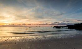 Zmierzch sylwetki, Porthcothan plaża, Cornwall obrazy stock