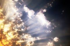 Zmierzch, w chmurach słońce promienie Obrazy Royalty Free