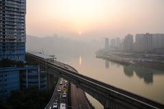 Zmierzch w Chongqing z ruchem drogowym fotografia royalty free