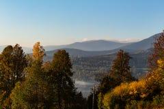 Zmierzch w góra krajobrazie Gór warstwy w zmierzchu Zmierzch w halnym lasu krajobrazie Las i góra krajobraz fotografia stock