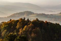 Zmierzch w góra krajobrazie Gór warstwy w zmierzchu Zmierzch w halnym lasu krajobrazie Las i góra krajobraz fotografia royalty free
